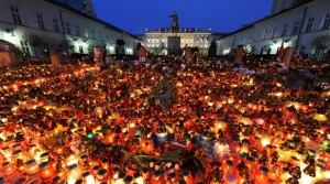 Candles in front of the presidential palace in Warsaw, April 2010. Source: Agence France-Presse